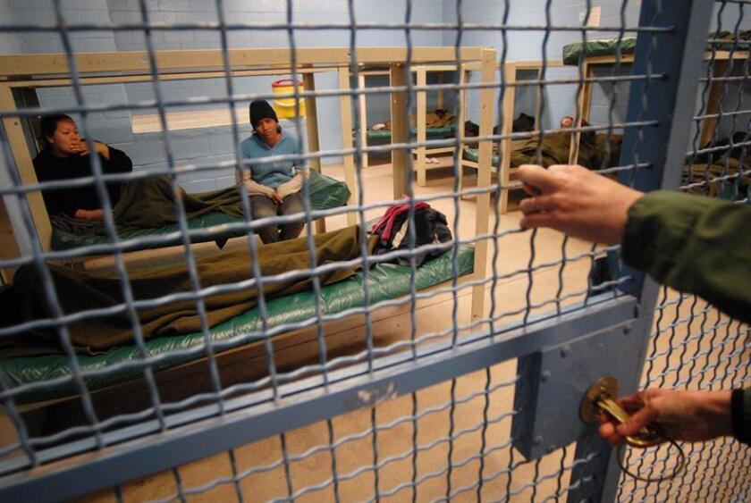 Desde que el presidente Donad Trump asumió su cargo en enero del pasado año, se han documentado al menos 800 denuncias de abusos motivados por el odio o por el prejuicio en 34 cárceles y centros de detenciones para inmigrantes en el país, de acuerdo con un reporte publicado hoy. EFE/Archivo
