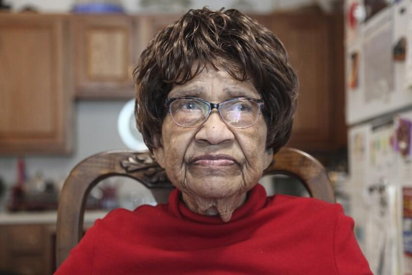 Hannah Carson, de 90 años, habla acerca de la importancia de votar desde su apartamento el viernes 16