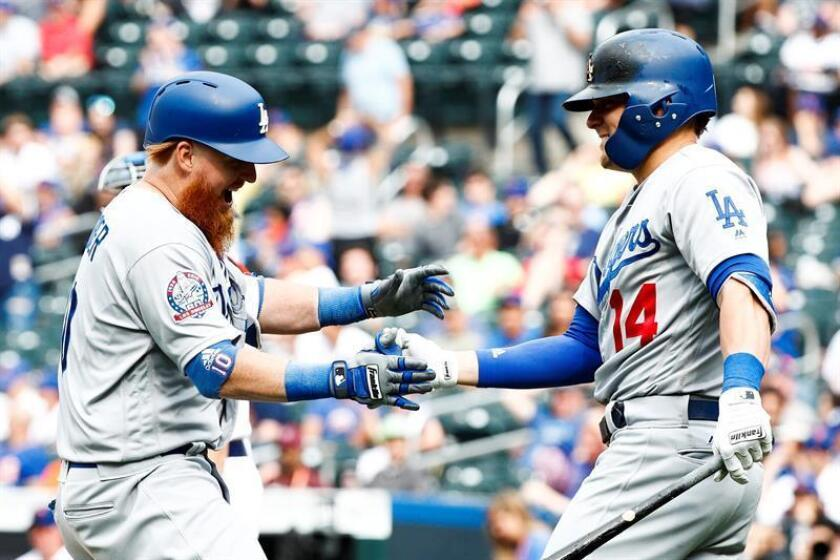 The Dodgers' Justin Turner (L) celebrates hitting a game winning home run with teammate Enrique Hernandez (R) during the eleventh inning of the game between the Los Angeles Dodgers and the New York Mets at Citi Field in New York, New York, USA, 24 June 2018. (Nueva York, Estados Unidos) EFE