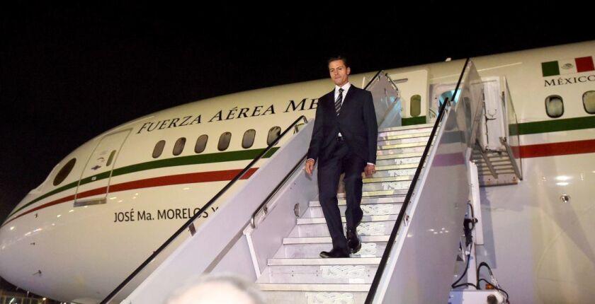 Enrique Peña Nieto, descendiendo del avion presidencial durante una de las giras de trabajo.