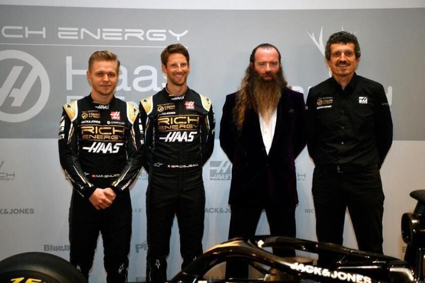 El piloto francés de Fórmula Uno Romain Grosjean (2i), su compañero, el danés Kevin Magnussen (i), el jefe del equipo, Gunther Steiner (d),y el consejero delegado de Rich Energy, William Storey, durante la presentación del nuevo monoplaza del equipo Haas para la temporada 2019, este jueves en el RAC Club de Londres, Reino Unido. EFE