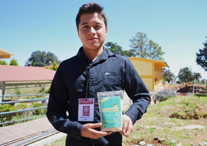 Fotografía cedida hoy, jueves 28 de junio de 2018, que muestra al estudiante de Ingeniería Agroindustrial, Santiago Primero Hernández, mientras posa en la Universidad Autónoma de Querétaro (México). EFE/Universidad Nacional Autónoma de Querétaro/SOLO USO EDITORIAL