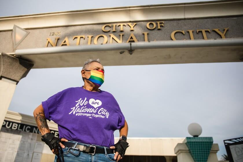 La activista LGBT Coyote Moon, de 66 años, posa para una foto frente al Ayuntamiento de National City.