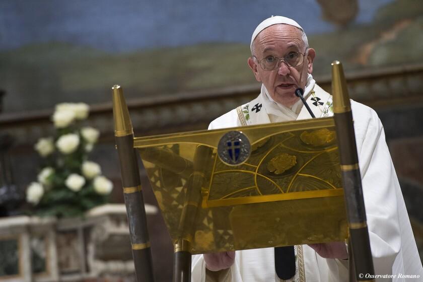 El papa Francisco pronuncia su homilía en la ceremonia de bautismo de 26 bebés , en El Vaticano.(L'Osservatore Romano/Pool foto via AP)