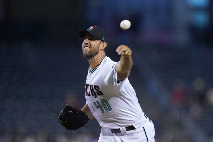 El pitcher abridor de los Diamondbacks de Arizona Madison Bumgarner lanza ante San Francisco en el primer inning de su juego de béisbol, el martes 3 de agosto de 2021 en Phoenix. (AP Foto/Ross D. Franklin)