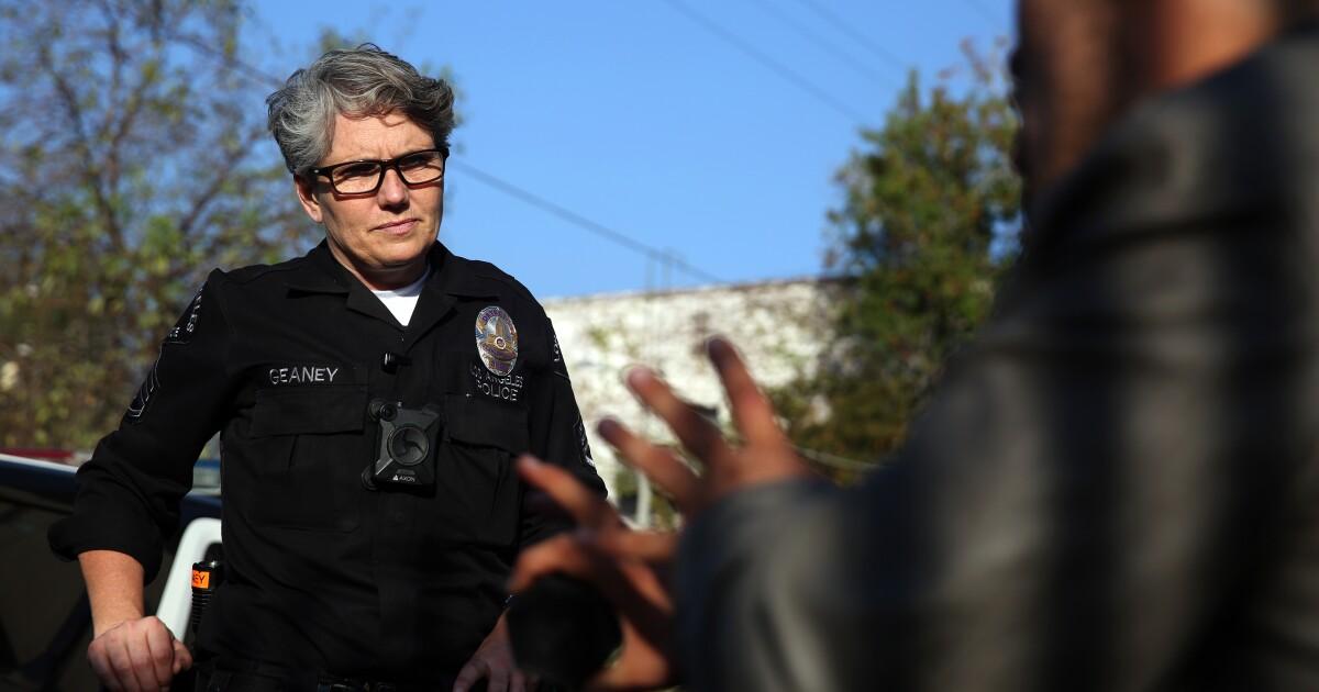 Dalam disfungsi L. A. tunawisma kebijakan, satu polisi mencoba untuk membuat perbedaan