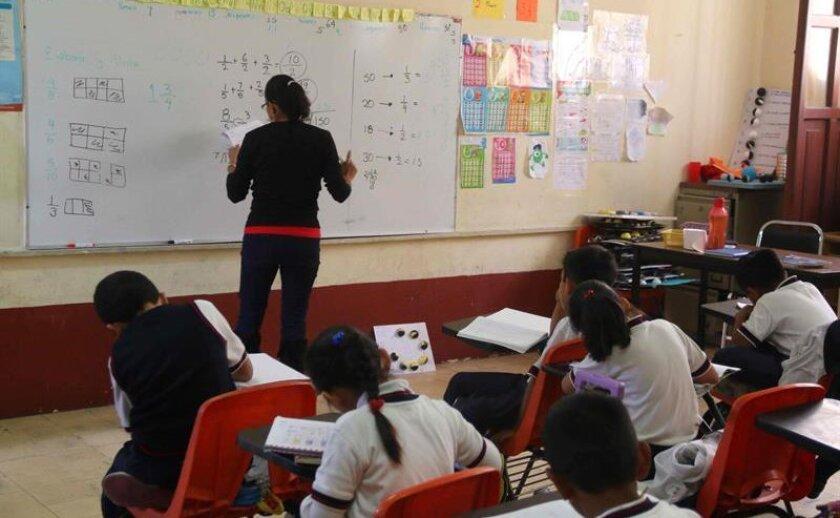 """La Unión Nacional de Padres de Familia (UNPF) de México pidió hoy al Gobierno acceso a los contenidos de los nuevos libros escolares, pues temen que """"discriminen a la familia natural"""" y afecten los derechos del niño al hablar del colectivo lésbico-gay-bisexual y transexual (LGBT)."""