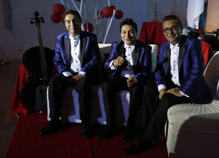 Miembros de la banda de cumbia Los Ángeles Azules posan durante una entrevista