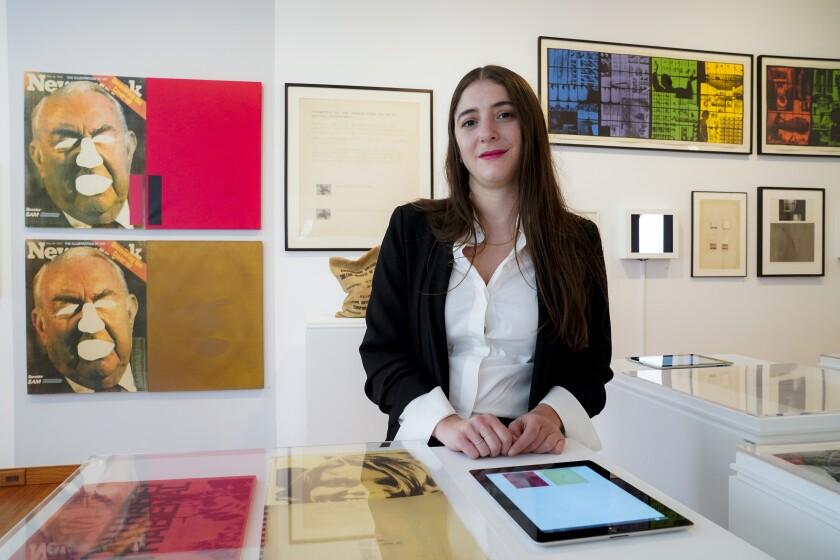 """La curadora Aimé Iglesias Lukin previo a la inauguración de """"This Must Be the Place: Latin American Artists in New York, 1965–1975"""", una exposición en la Americas Society en Nueva York, el miércoles 15 de septiembre de 2021. La muestra, que estará abierta del 22 de septiembre al 14 de mayo, explora las obras de una generación de artistas latinoamericanos en Nueva York. (AP Foto/John Minchillo)"""