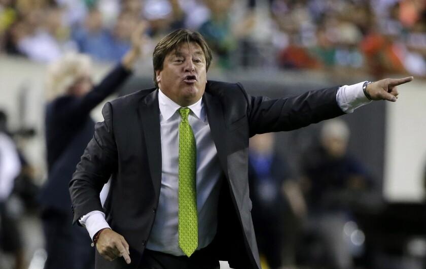 El técnico de la selección mexicana de fútbol, Miguel Herrera, grita durante la primera mitad de su partido de la Copa de Oro de la CONCACAF conta Jamaica, el 26 julio de 2015 en Filadelfia.