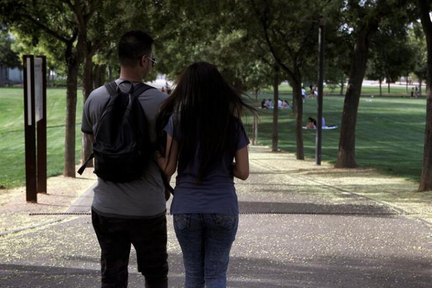 Fotografía de una pareja en un parque. EFE/Archivo