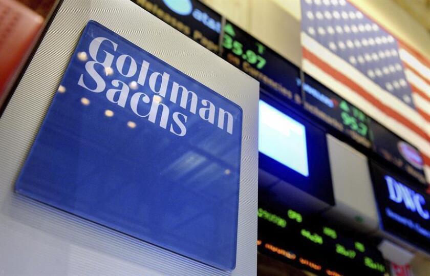 Vista de un logotipo de Goldman Sachs en el parqué de la Bolsa de Nueva York, Estados Unidos. EFE/Archivo