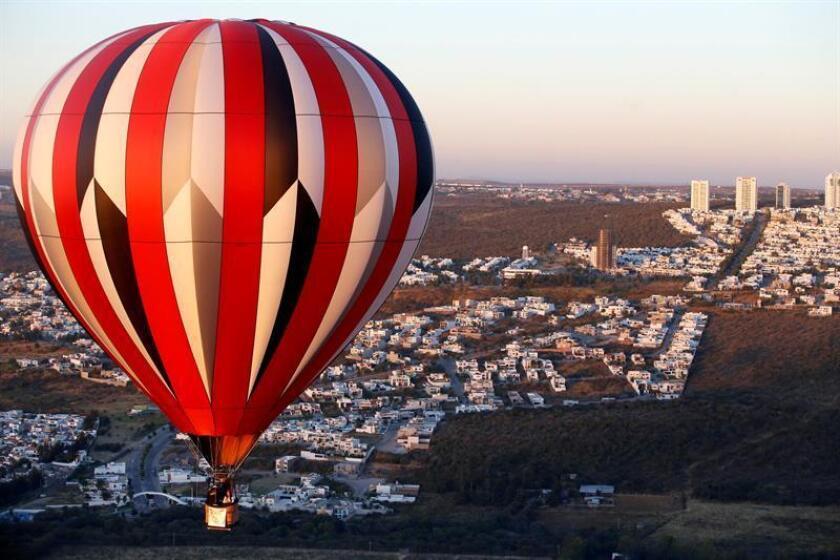 Un globo aerostático emprende vuelo hoy, sábado 18 de noviembre de 2017, en León, estado de Guanajuato (México), durante el Festival Internacional del Globo 2017 que se realiza entre el 17 y el 20 de noviembre. EFE