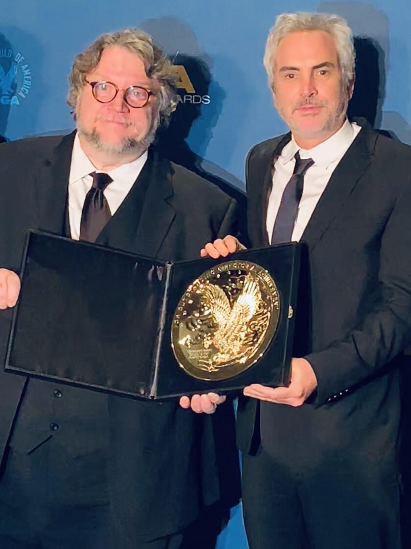 Guillermo del Toro le entrega el Premio del DGA a su paisano Alfonso Cuarón.