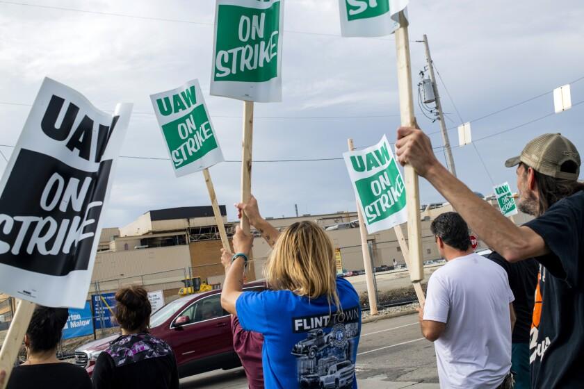 Members of UAW Local 31 picketing in Kansas City, Kan