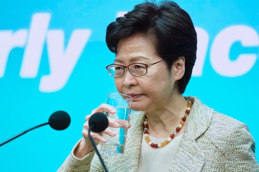 """La directora general del gobierno de Hong Kong, Carrie Lam, bebe agua durante una conferencia de prensa en Hong Kong, el martes 15 de junio de 2021. Lam dijo que su gobierno está """"muy preocupado"""" por la situación en una central nuclear cercana en la China continental, tras reportes en lo medios sobre que la planta podría sufrir una fuga. (AP Foto/Vincent Yu)"""