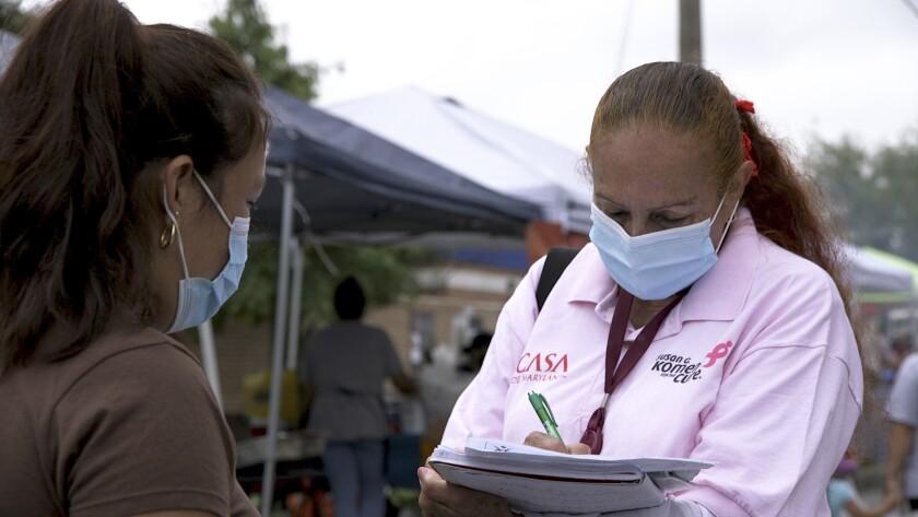 Una promotora de salud de CASA, un grupo hispano de apoyo, trata de registrar a hispanos como voliuntaros
