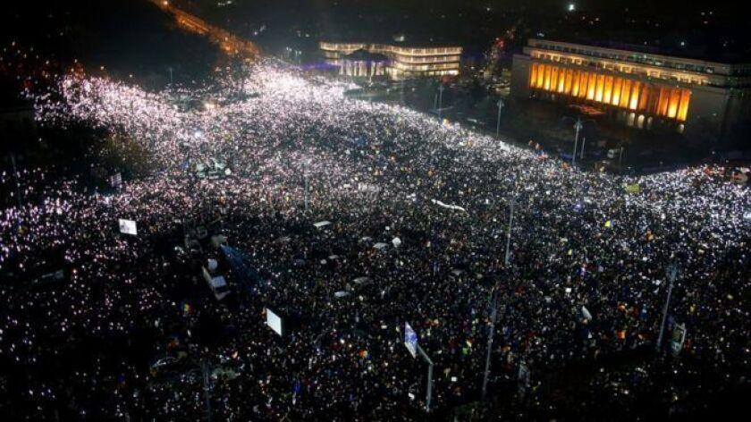 Cientos de miles de personas continuaron se tomaron la Plaza de la Victoria de Bucarest el domingo durante el sexto día consecutivo de protestas.