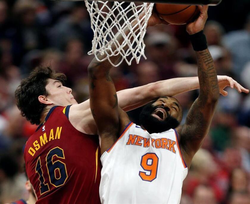 El turco Cedi Osman (i) de Cavaliers en acción ante Kyle O'Quinn (d) de los Knicks, durante un partido de la NBA. EFE/Archivo