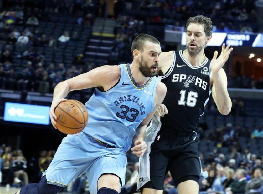 Marc Gasol (i), de los Grizzlies de Memphis, fue registrado este miércoles al intentar superar la marca de su hermano Pau Gasol (d), de los Spurs de San Antonio, durante un partido de la NBA, en el FedEx Forum de Memphis (Tennessee, EE.UU.). EFE