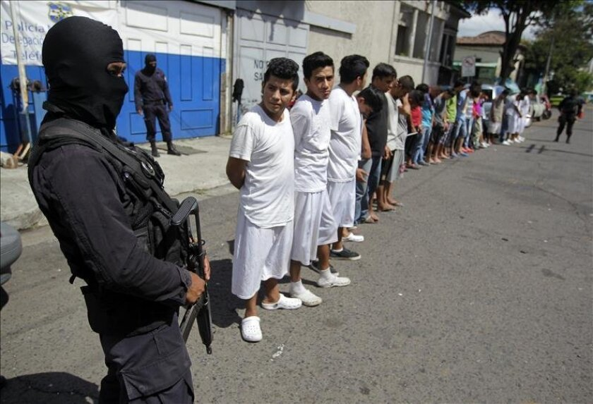 Members of the Salvadorian Civil National Police stand guarding 'Barrio 18' gang members outside a police station in San Salvador, El Salvador on August 19, 2015. EFE / Oscar Rivera