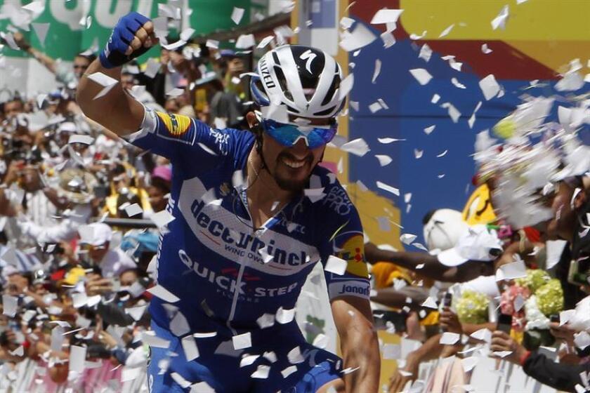 El ciclista francés Julian Alaphilippe del equipo Deceuninck-Quick-Step celebra este sábado luego de ganar la quinta etapa y convertirse en nuevo líder del Tour Colombia, en La Unión, Antioquia (Colombia). EFE/