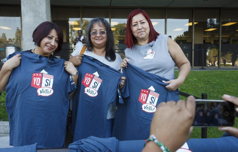 """Unas mujeres latinas posan con una camiseta con la leyemda """"Yo sí voto!"""" tras emitir su sufragio durante la elecciones presidenciales en un colegio electoral de Norwalk, California."""