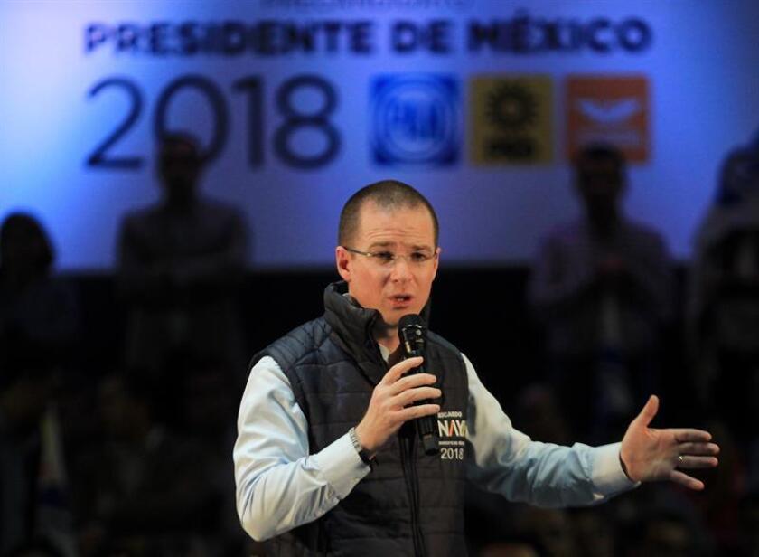 Ricardo Anaya, candidato presidencial de la coalición opositora Por México al Frente, afronta acusaciones de todos sus rivales políticos por la investigación que lo relaciona con un presunto lavado de dinero de 54 millones de pesos (2,9 millones de dólares), que rechaza enfáticamente. EFE/ARCHIVO