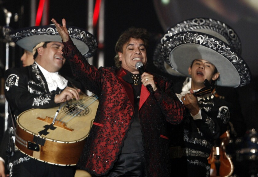 En esta foto del 4 de noviembre del 2009, Juan Gabriel canta en la ceremonia en su honor como Persona del Año de la Academia Latina de la Grabación en Las Vegas. El prolífico cantautor mexicano murió el 28 de agosto del 2016, a los 66 años.