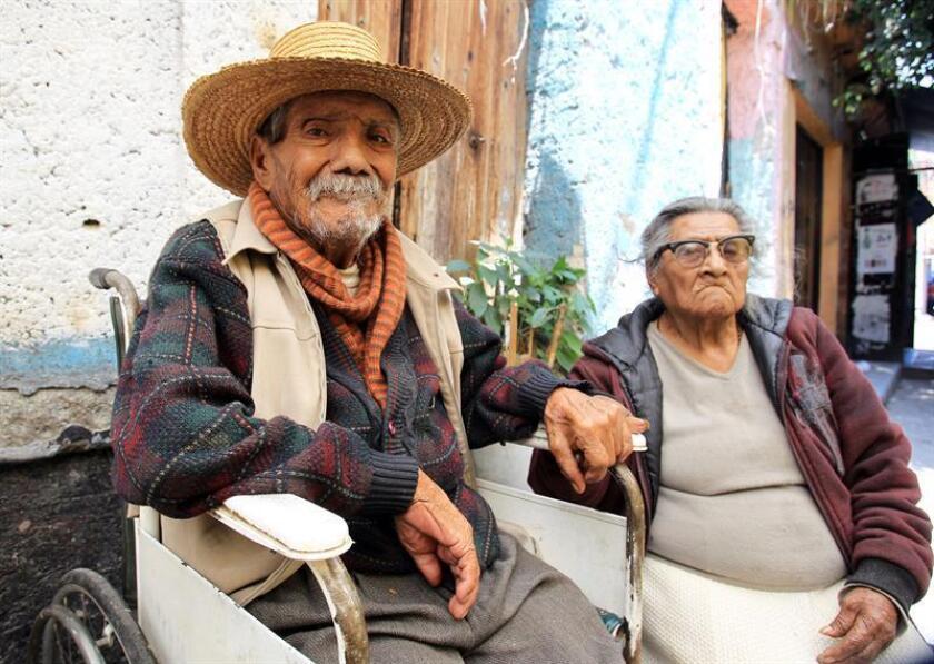 Fotografía del 28 de agosto de 2014, que muestra a una pareja de personas de la tercera edad a las afueras de su domicilio en Ciudad de México (México). EFE/Archivo
