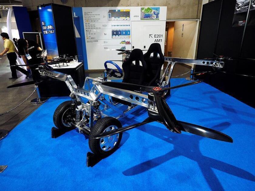 Imagen de un modelo del Skydrive, un vehículo volador de dos plazas y un tamaño pequeño, unos tres metros de largo y ancho, que le permite despegar de forma horizontal desde espacios muy pequeños y circular a una velocidad de hasta 100 km/h. Los responsables de este proyecto, la firma Skydrive, quiere que esté en circulación en Tokio en el año 2023. EFE
