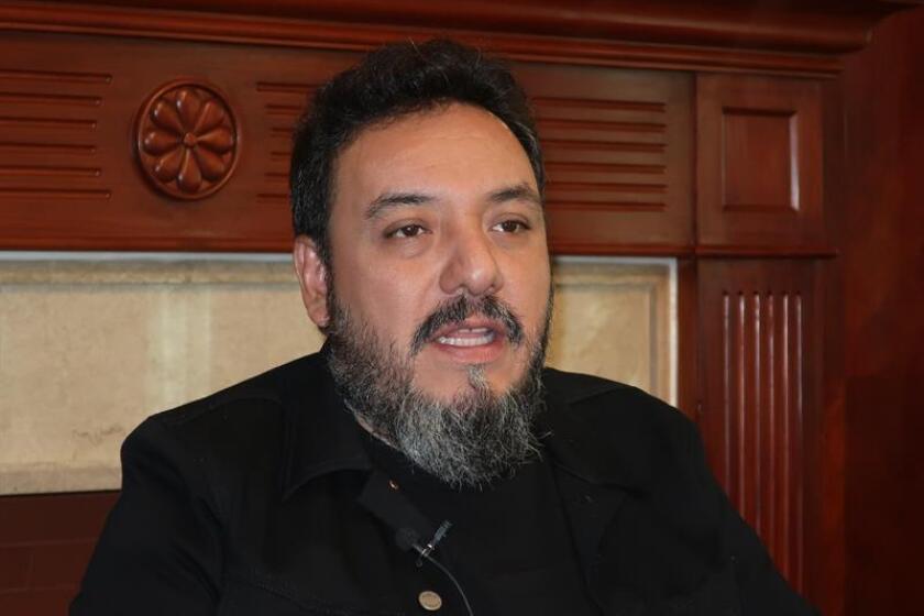 Paco Ayala, bajista del grupo Molotov, habla hoy durante una entrevista con Efe, en Quito (Ecuador). EFE
