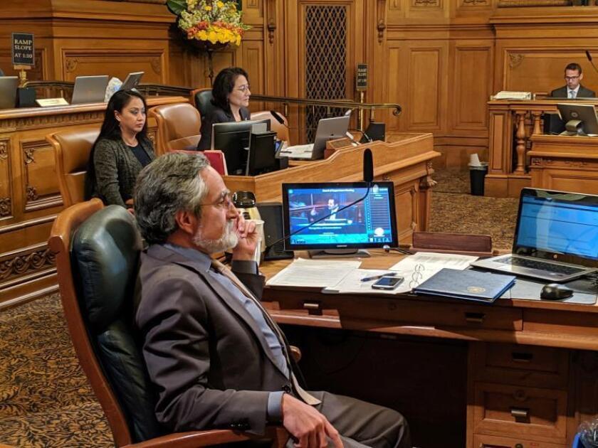 El concejal Aaron Peskin (i), promotor de la medida que prohíbe a las fuerzas del orden usar las técnicas de reconocimiento facial, asiste al pleno del Ayuntamiento de San Francisco, California (Estados Unidos), este martes, para la votación de la medida. EFE