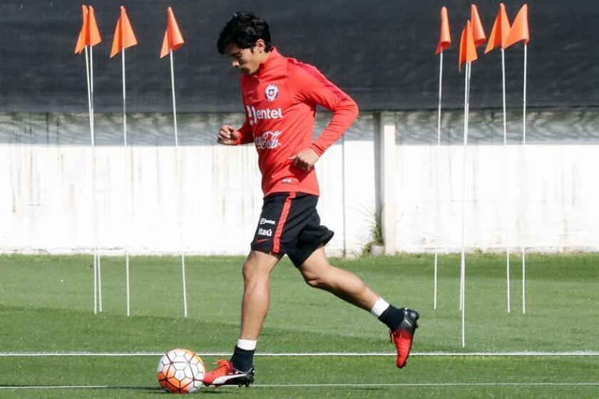 Fotografía tomad en septiembre de 2016 en la que se registró a Matias Fernández, mediapunta que de nuevo es convocado a la selección chilena de fútbol. EFE/Archivo