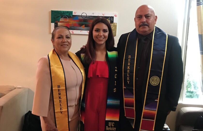 Irlanda González con sus padres.
