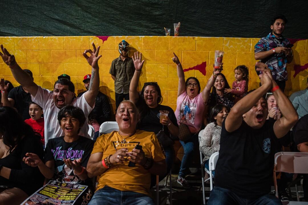La gente anima durante el evento de Lucha Libre de Baja Stars USA en el Mujeres Brew House