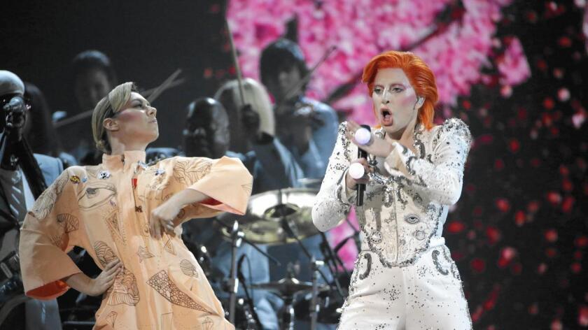 """Con un juego de luces que dibujaba sobre su cara los mil y un rostros del camaleónico artista, Lady Gaga ofreció un espectáculo muy visual y colorido en el que enlazó canciones de Bowie como """"Space Oddity"""", """"Changes"""" o """"Ziggy Stardust""""."""