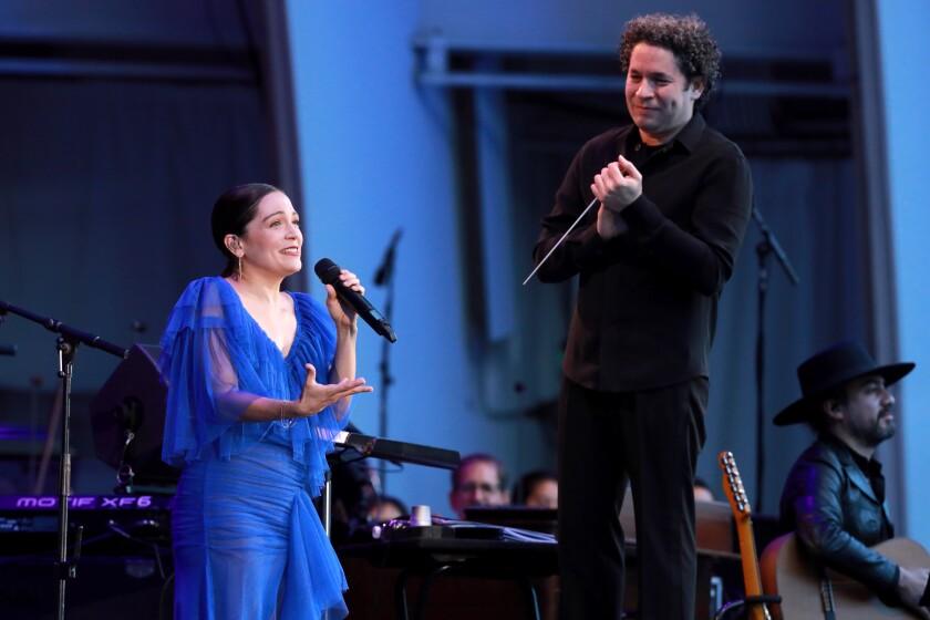 La mexicana Natalia Lafourcade al lado del venezolano Gustavo Dudamel en el Hollywood Bow.