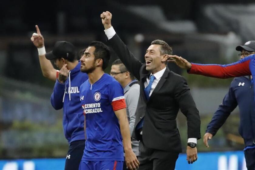 El técnico Pedro Caixinha (c) de Cruz Azul festeja con sus jugadores el pase a la final tras vencer a Monterrey durante el juego de vuelta de las semifinales del Torneo Apertura 2018 celebrado en el estadio Azteca, en Ciudad de México (México). EFE