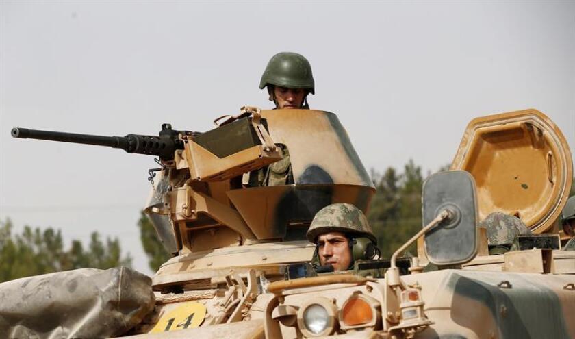 Un tanque traslada a varios soldados turcos mientras se preparan para una operación militar en la frontera de Siria como parte de su ofensiva contra el llamado Estado Islámico (EI) en Siria. EFE/Archivo