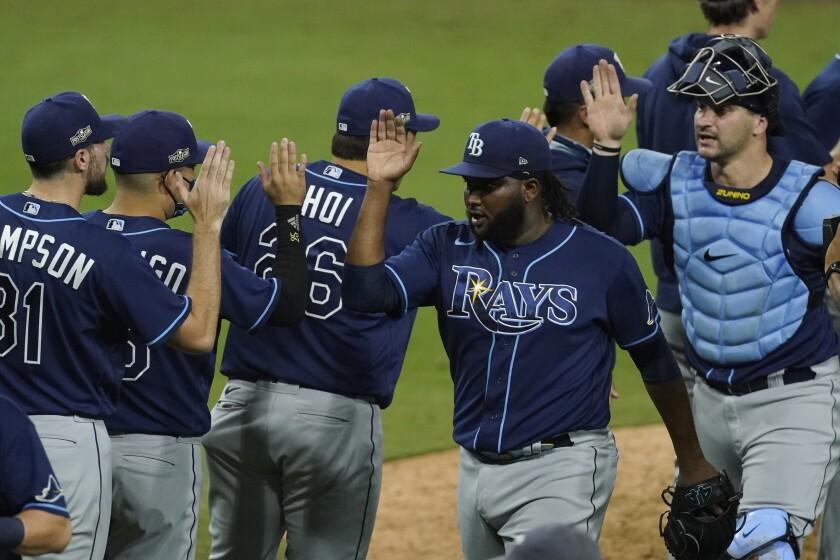 El dominicano Diego Castillo, de los Rays de Tampa Bay, es felicitado por sus compañeros
