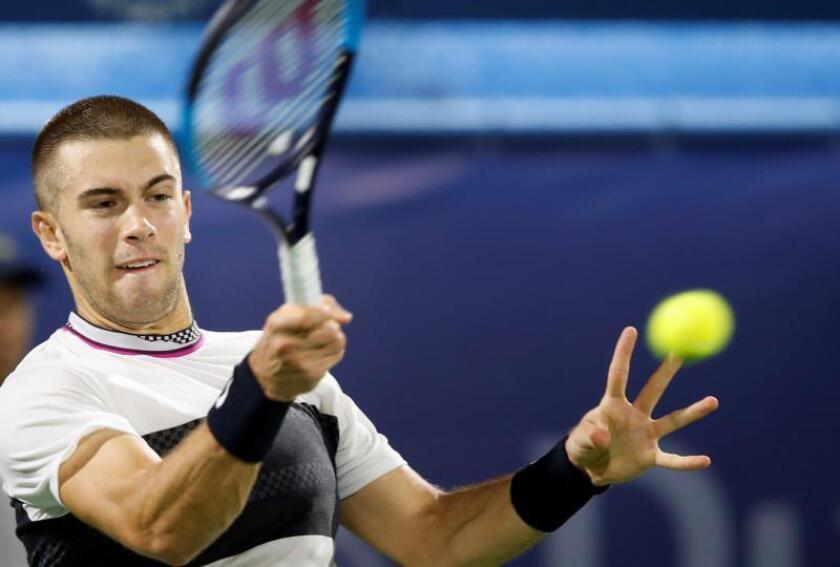 El tenista croata Borna Coric devuelve la bola al checo Tomas Berdych durante el partido que enfrentó a ambos este miércoles en la segunda ronda del torneo ATP 500 de Dubai (Emiratos Árabes Unidos). EFE