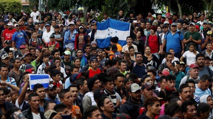 Migrantes hondureños en la caravana, a la espera de entrar a México desde Guatemala, con la meta de llegar a EEUU.