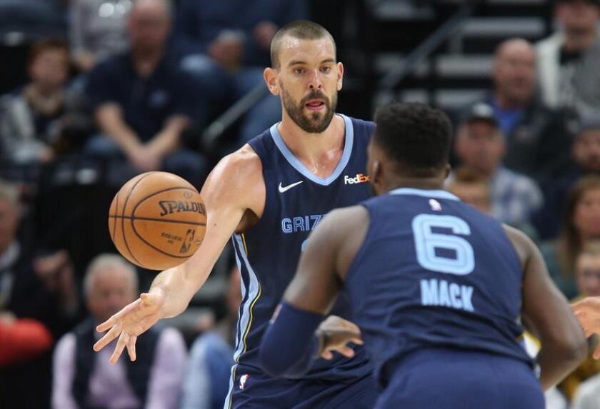 El jugador español Marc Gasol (i) de Memphis Grizzlies pasa el balón a su compañero Shelvin Mack (d) durante un partido de NBA contra Utah Jazz hoy, lunes 22 de octubre de 2018, en el Energy Solutions Arena de la ciudad de Salt Lake City, en Utah (EE.UU.). EFE