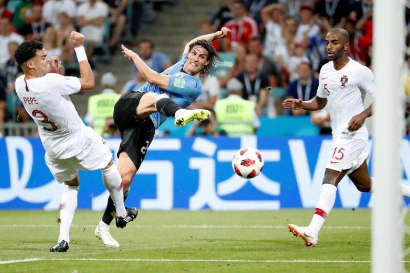 El delantero uruguayo Edinson Cavani (c) remata a puerta durante el partido Uruguay-Portugal, de octavos de final del Mundial de Fútbol de Rusia 2018, en el Estadio Fisht de Sochi, Rusia, hoy 30 de junio de 2018. EFE