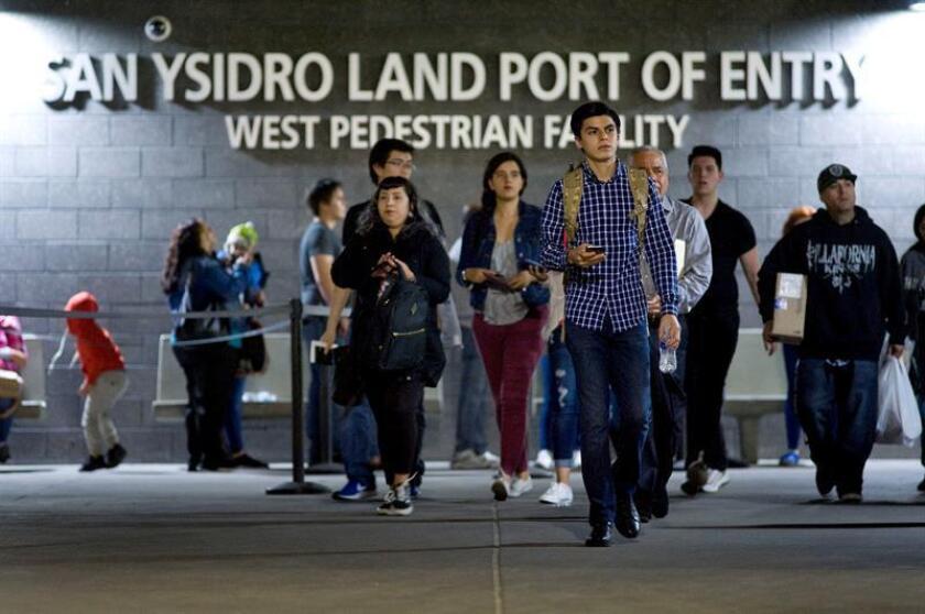 Un grupo de personas ingresan a Estados Unidos desde Tijuana, por el cruce fronterizo del Puerto de Entrada de San Ysidro en San Diego, California.