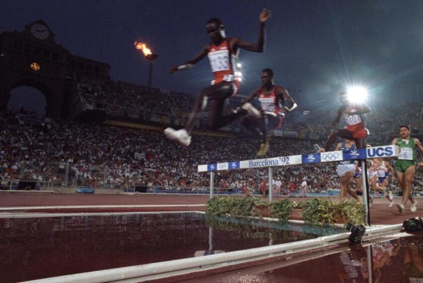 Los atletas saltan la ría durante la final de 3.000 metros obstáculos durante los Juegos Olímpicos de Barcelona 92. EFE/Archivo