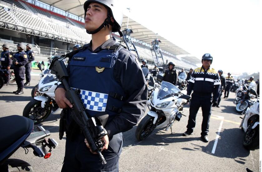 Ante la prohibición para policías de usar sus celulares para exhibir a civiles, la Secretaría de Seguridad Pública recurrirá a cámaras oficiales para seguir grabando detenciones.