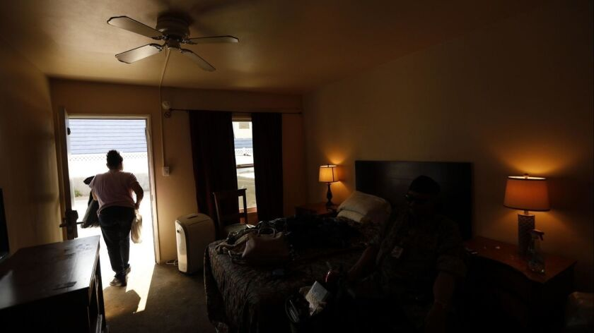 Carla McCue de 62 años, empaca sus pertenencias luego de que ella y su esposo Lawrence, de 75, agotaron su estadía de 45 días en un motel en West Hollywood.