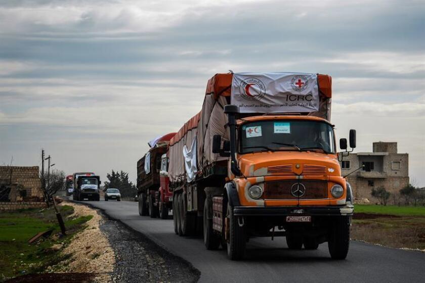 Un convoy que transporta ayuda humanitaria se dirige hacia el enclave kurdosirio de Afrín, en el noroeste de la provincia de Alepo, en Siria, hoy, 1 de marzo de 2018. EFE/SARCHandout SÓLO USO EDITORIAL/PROHIBIDA SU VENTA